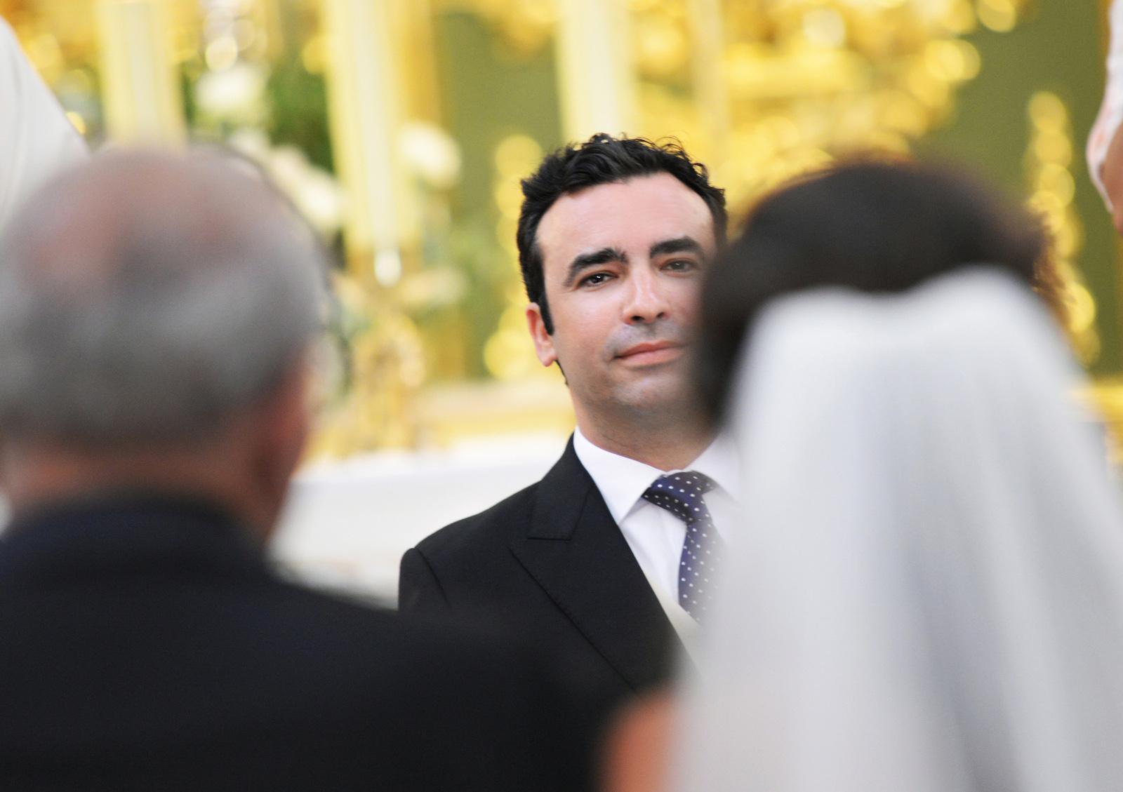 photo goom watching at bride arriving
